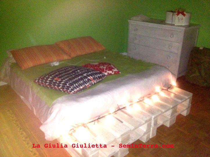 Illuminazione artigianale del letto con bancali