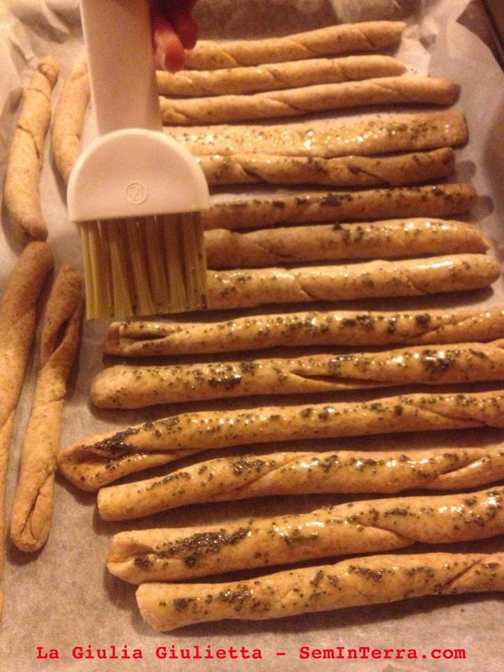 I grissini spennellati con olio e semi di papavero