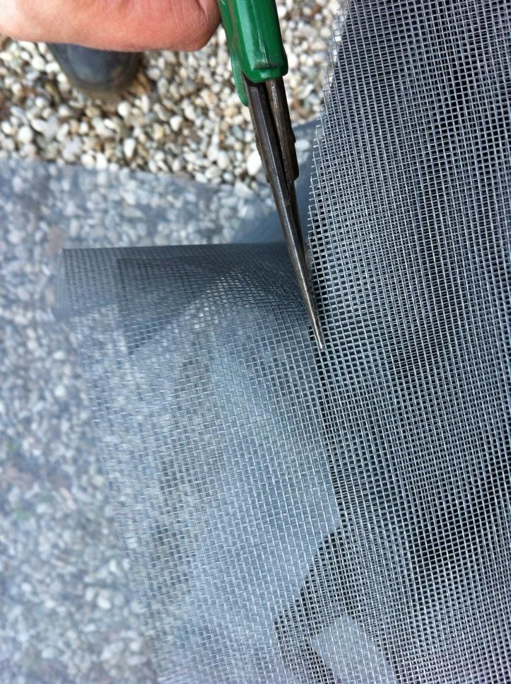 foto 5 - tagliare la zanzariera rovesciare il bidone per prendere la misura, porre la rete sul fondo e far aderire la medesima per 10 cm sul fusto del bidone